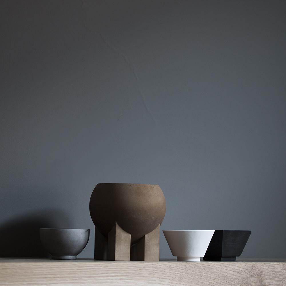 Laurie Poast er og blir en unik designer for oss her i Bergen. Vi ser at hun nå også får anerkjennelse nasjonalt, og vi ønsker selvsagt designeren hell og lykke internasjonalt. Hennes nye kolleksjon av boller og t -lys holdere er bare vakre. Måtte mange få øynene opp for hennes design!