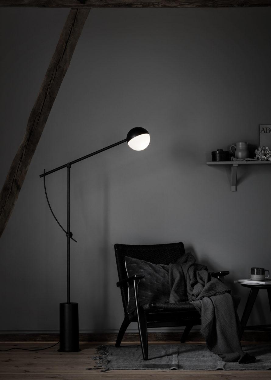 Gulvlampen Balancer er som et smykke i rommet. Fra Berle Møbler & Interiør og Nordisk Rom