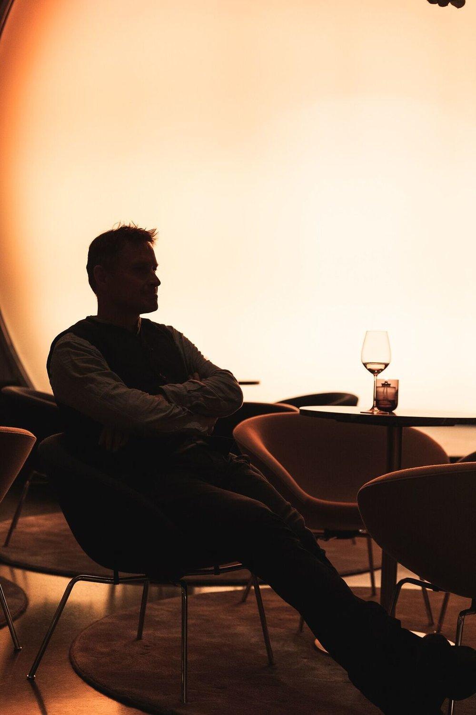 Claus Meyer avbildet på Hotel Norge By Scandic: Grunnleggeren av det moderne nordiske kjøkkenet Foto: Dag Randen  Claus Meyer er en av verdens fremste restaurantører og han har for alvor satt nordisk mat på kartet internasjonalt. I tillegg til Noma er han mannen bak bl a Great Northern Food Hall (NYC), Bolivias beste restaurant Gustu, og Michelin-stjernerestaurantene Studio (CPH) og Agern (NYC).