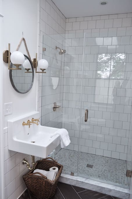 This is what bathroom dreams are made of. Am I right? Even the exposed plumbing is attractive to me.