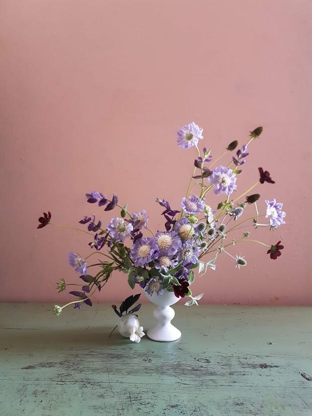 - Kukka-asetelman tekeminen kulhoon tai matalaan maljakkoon on hellyttävin rentoutumismuoto, minkä tiedämme. Se on myös kaikkein helpoin tapa tehdä todella näyttävä kukka-asetelma. Asetelman tukena käytämme joko kukkateippiä ja kanaverkkoa. Voit myös kokeilla kukkasiiltä, kukkasiili on kaikkein helpoin tapa tehdä upeita asetelmia. Emme käytä kukkasientä, se on ongelmajätettä.Studiossamme sinua odottavat upea valikoima itsekasvatettuja puutarhakukkia ja luonnosta kerättyjä  kukkia ja oksia. Kukkareseptimme on koottu sesongissa olevasta materiaalista, vuodenajan näkyminen kukka-asetelmissa on meille kaiken lähtökohta.  Kukkavalikoimamme opettaa myös löytämään ja näkemään uusia, persoonallisia aineksia luonnosta ja puutarhasta.Käytämme modernin vapaata ja villiä kukkasommittelua. Opit sommittelemaan värejä, käyttämään tekstuureja ja saamaan aikaan liikettä.Käymme läpi myös kukkien poimimista luonnosta ja puutarhasta, niiden valmistelua leikkokukiksi ja asetelman huoltamista. Lopuksi opettelemme pari helppoa niksiä kännykkäkuvauksesta, jotta saat asetelmastasi kauniita valokuvia.Kaikki materiaalit kuuluvat kurssin hintaan, ja jokaisella on käytössään ammattilaisten käyttämät välineet. Mitään ei tarvitse osata eikä tuoda mukana, tuut vain ja teet.Inspiroidu etukäteen, ideoita löydät Hilmalan Pinterest-sivuilta.