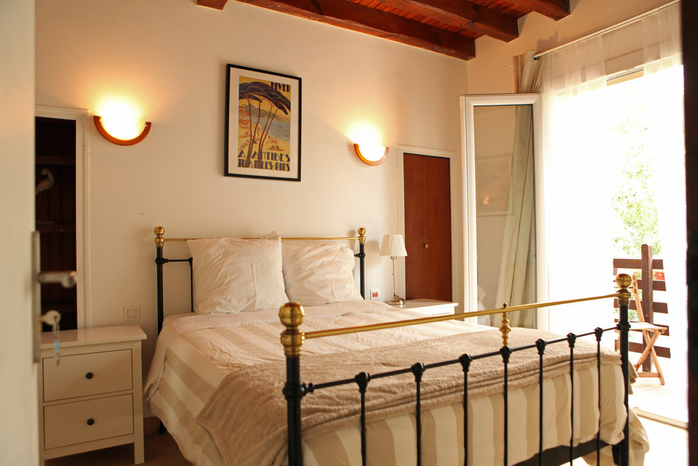 Queen size bed, private terrace w/ table and chairs  Features: Shared Bath, Back Garden View,Queen Size Bed