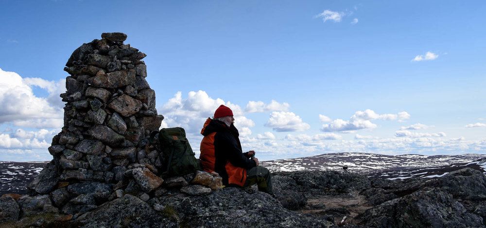 Reppu ja reissumies. Kun rinkka alkaa tuntua kivikasalta, on tauon paikka.
