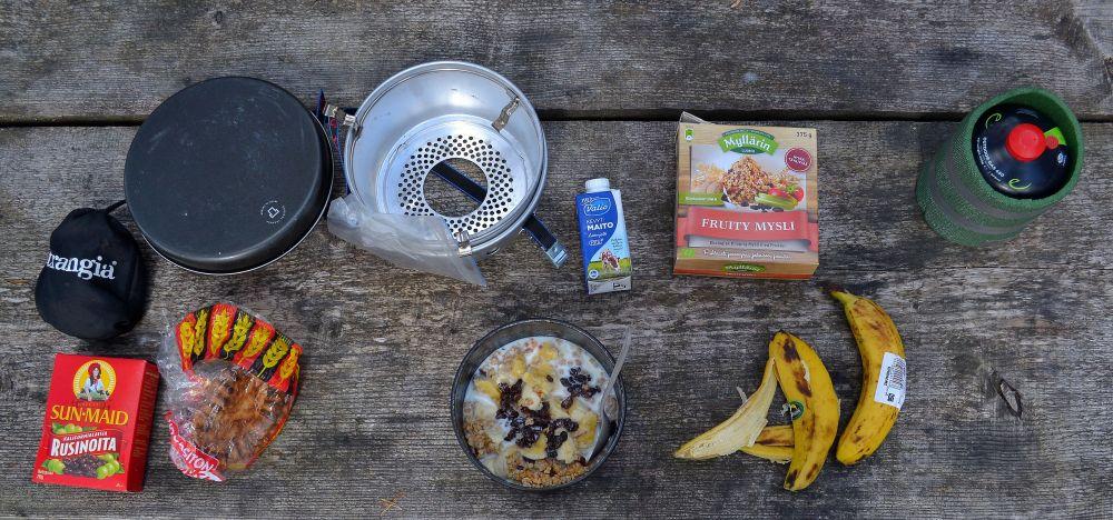 Aamupala - luomumysliä, banaani, rusinoita, UHT-maitoa. Karjalanpiirakat jäivät myöhemmäksi välipalaksi.