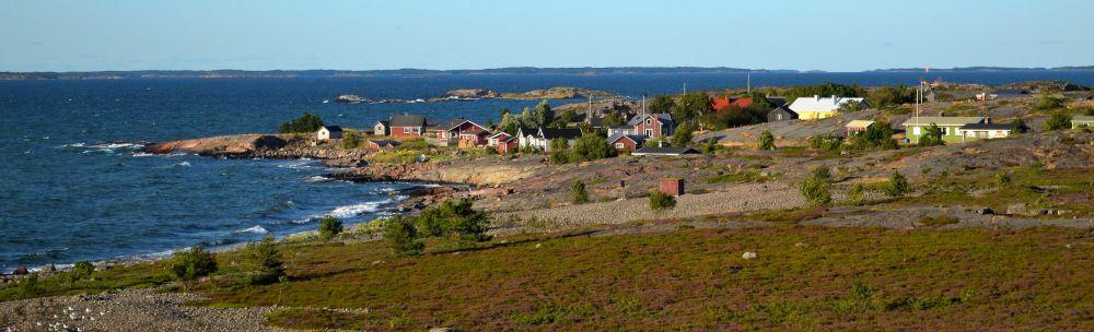 Jurmon saari ja kylä. Asukasluku ympäri vuoden: 8.