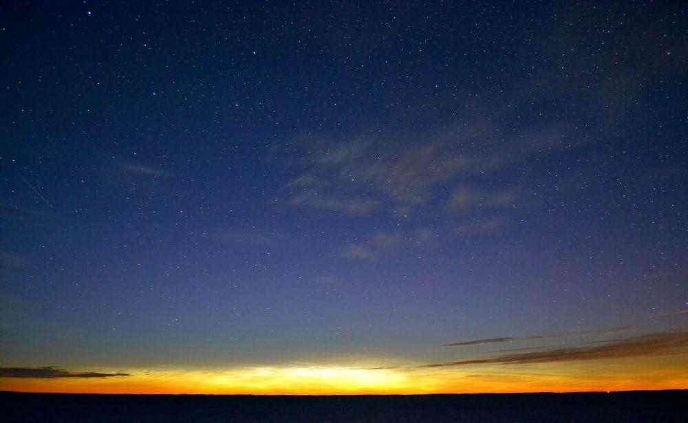 Tähdetkin syttyivät lopulta. Minä tykkään yöstä, kuten mainittua. Ja näitä tuikkivia ystäviä onkin jo ollut ikävä.
