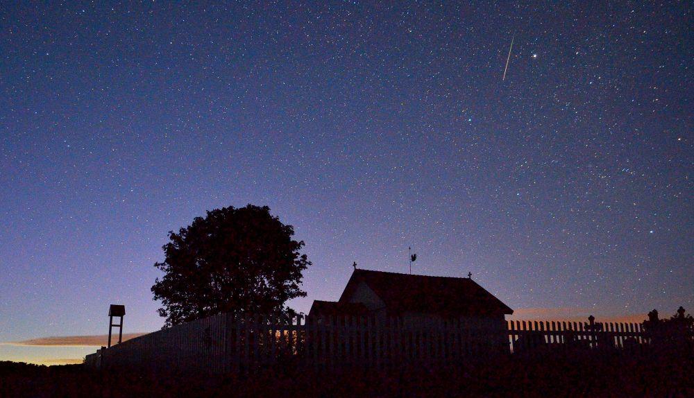 Saarelta löytyy myös kappeli. Perseidien meteoriparvi koristi kaunista yötä entisestään.