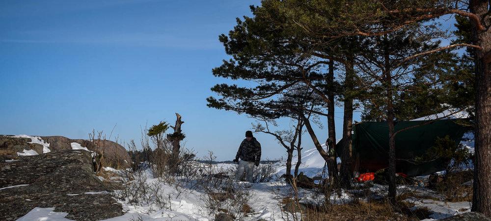 Sitkeä retkeilijä talvilaavulla.