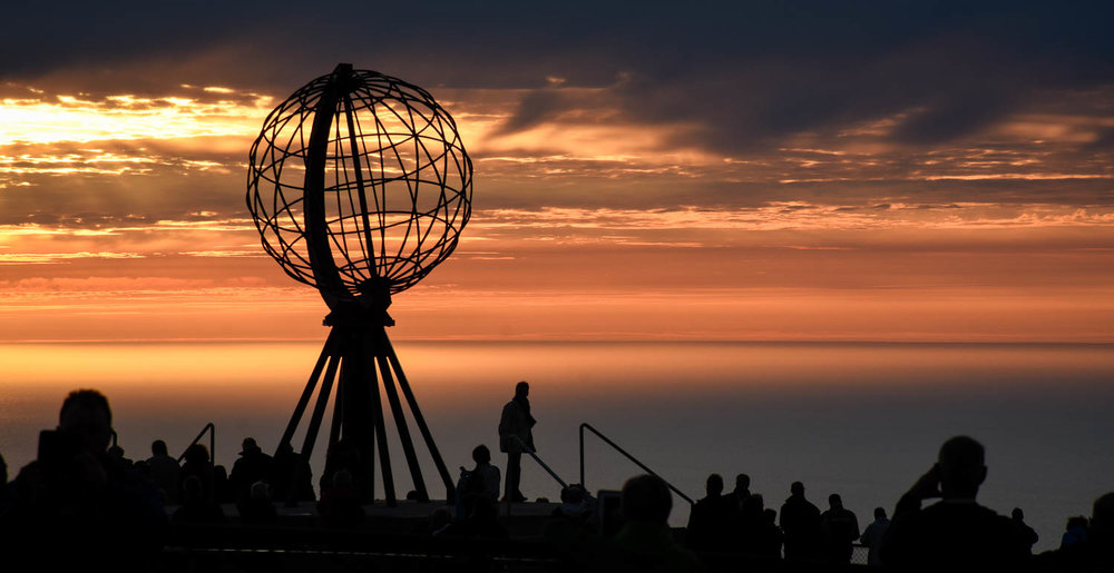 Auringonlasku Nordkappissa on maaginen näky jos kelikin sattuu olevan sopiva.