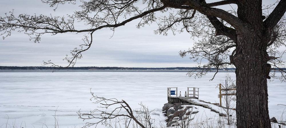 Jäinen laituri Isosaaren rannalla.