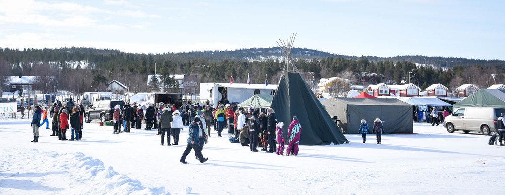 Kisa-alueen ulkopuolella olevat teltat.
