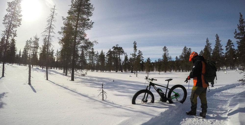 Talvella pyörä ei tarvitse jalkaa, senkun nostaa lumihankeen.