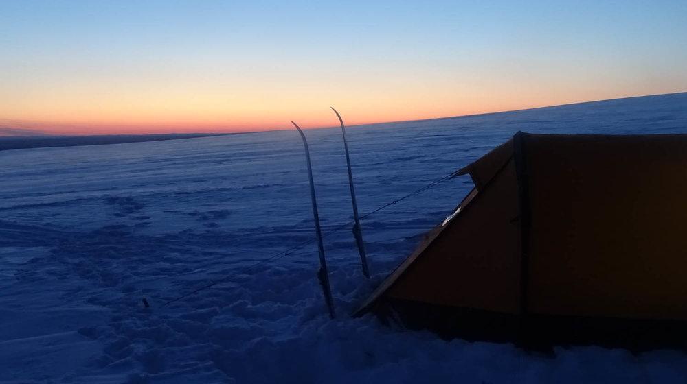 Auringonlasku leiripaikalla hiihtopäivän päätteeksi.