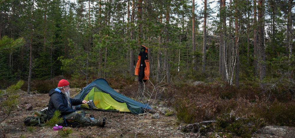 Olli testaamassa uutta telttaa.