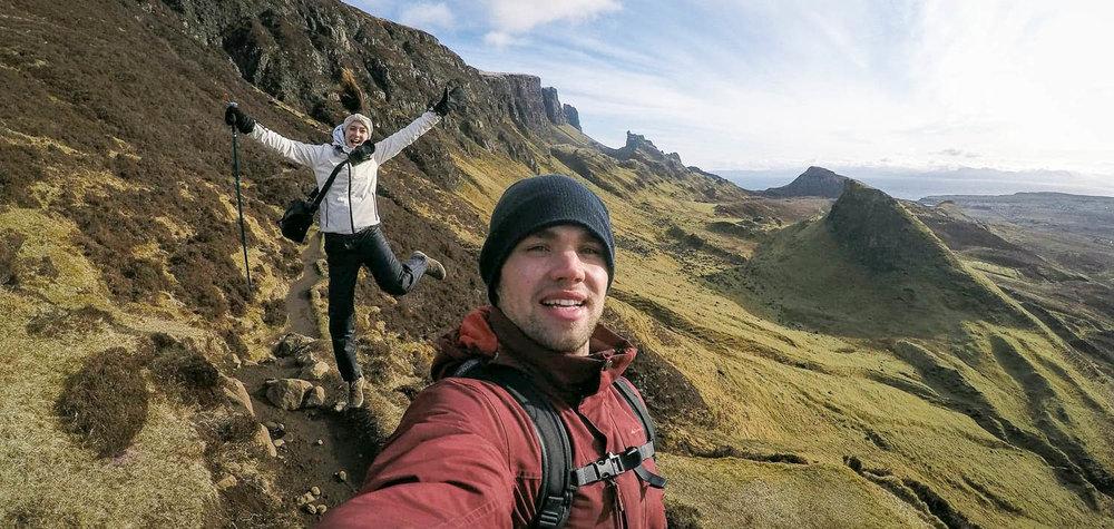 Isle of Skyen jylhät maisemat ja kaksi innokasta retkeilijää.