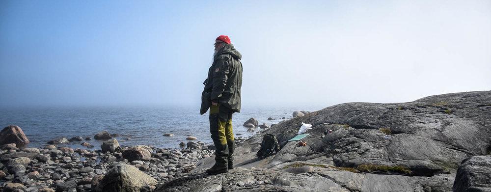 Merenrannan kallioilla katsomassa katoavaan horisonttiin.