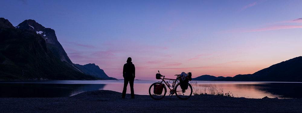 Keskiyön valoa Norjan vuonoilla.