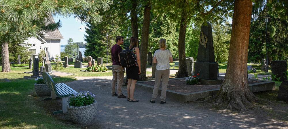 Aleksis Kiven haudalla.