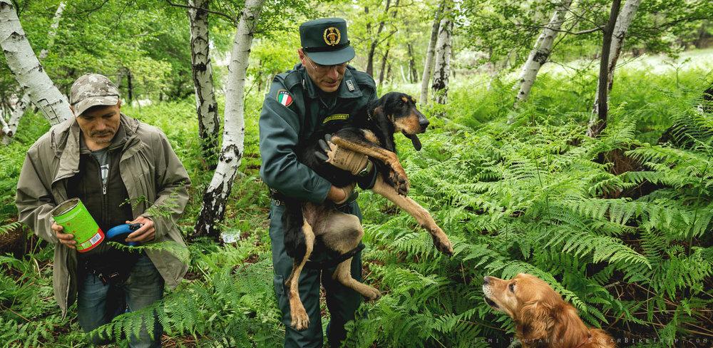 Franco ja koiratarhan työntekijä hassussa univormussaan.