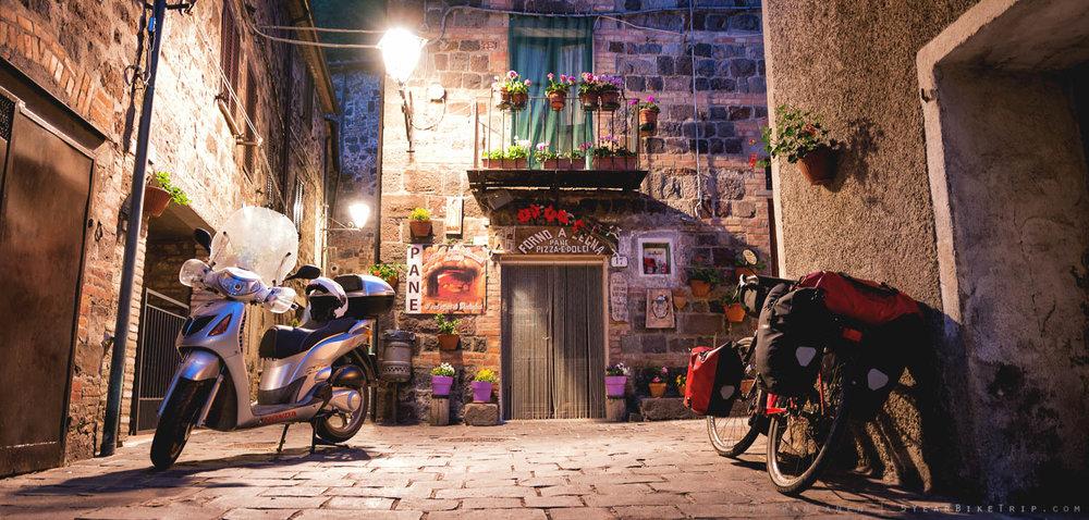 Stereotyyppisen idyllinen vanhan italialaisen kylän sivukatu.