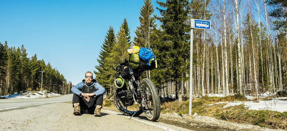 Läskipyörän kanssa tien päällä.
