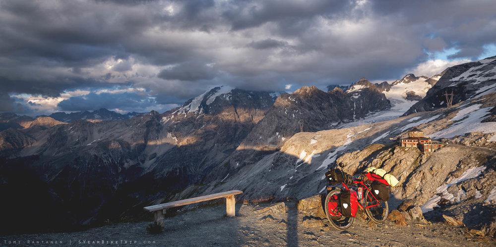 Pyörä auringonlaskussa ja mainittu Tibet-ravintola taustalla.