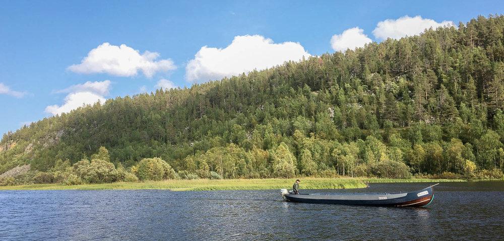 Pitkällä jokiveneellä voi kuljettaa isompaakin seuruetta.