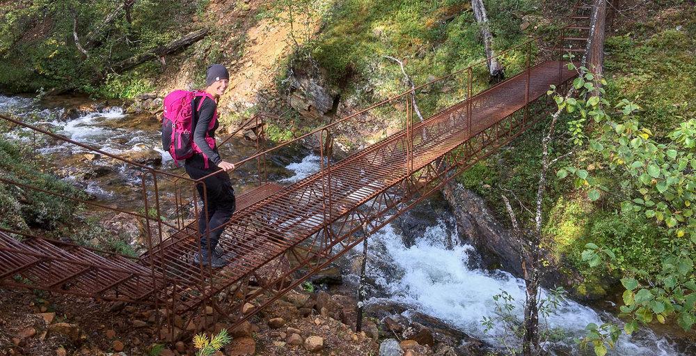 Kuohuvan kosken yli menevän sillan on tärkeää olla kestävä.