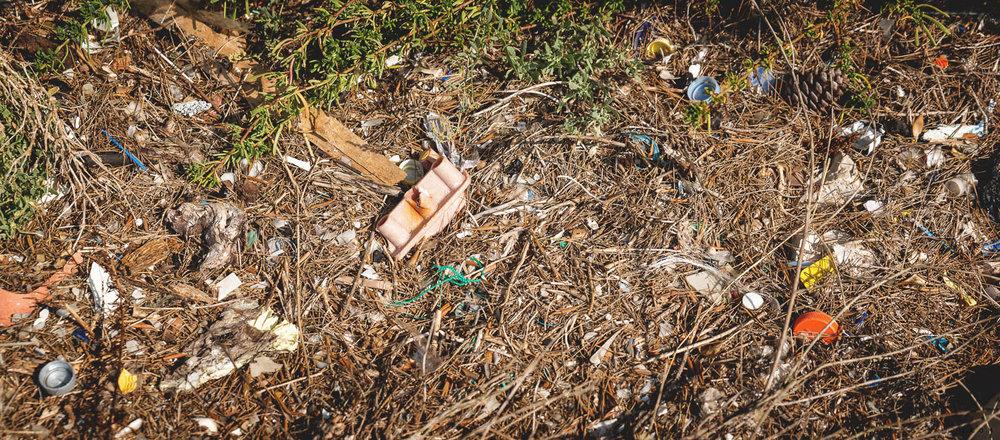 Kun muovi pääsee hajoamaan mikropalasiksi, sen siivoamisesta tulee erittäin vaikeaa.