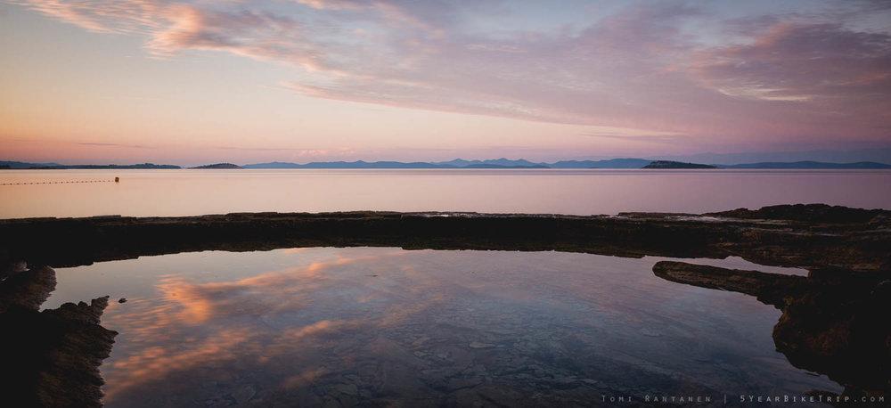 Ilta hämärtyy Adrianmerellä Salin satamakylässä.