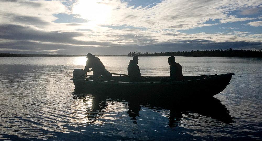 Moottoriveneellä järvellä.