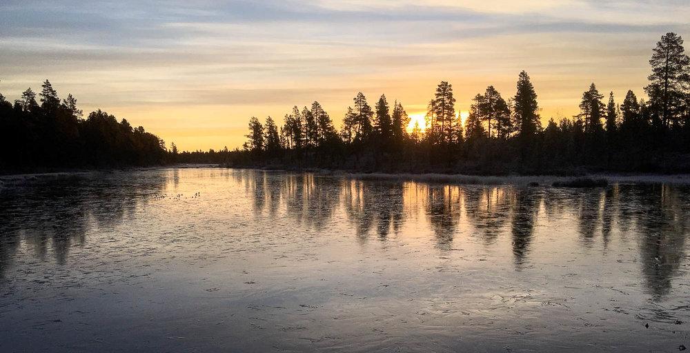 Jää veden pinnalla kerää vahvuutta talvea varten.