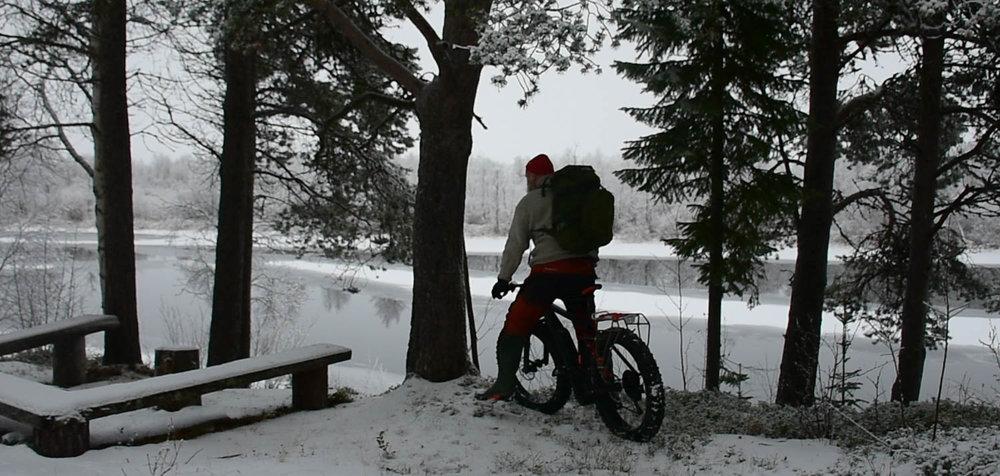 Läskipyörällä on helppo tulla nuotiopaikalle lumikerroksesta huolimatta.