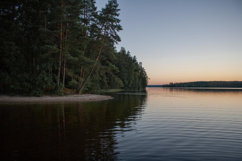 Tyyni kesäyö Muuratjärvellä.