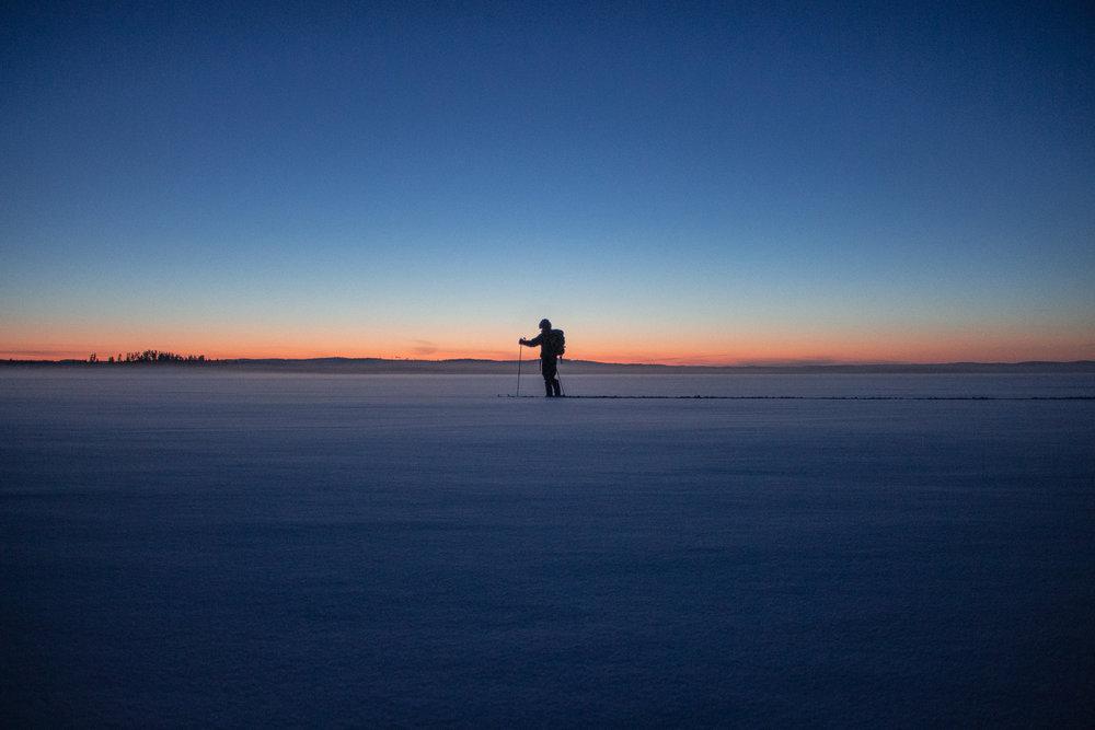 Yksin hiljaisella järvenselällä.