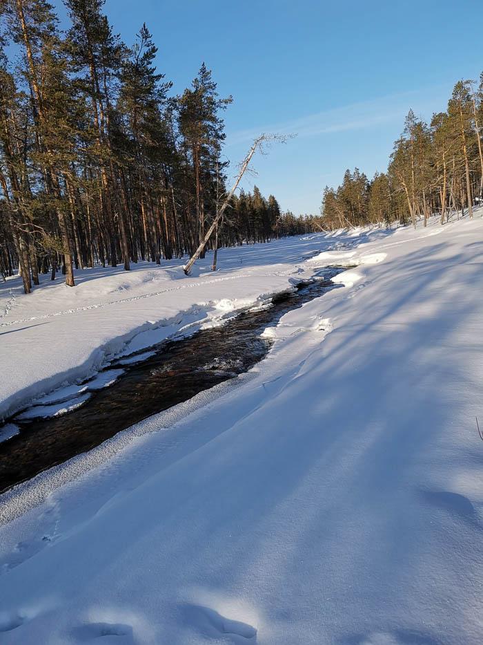 Joen ylitys on talvellakin tarkkaa puuhaa.