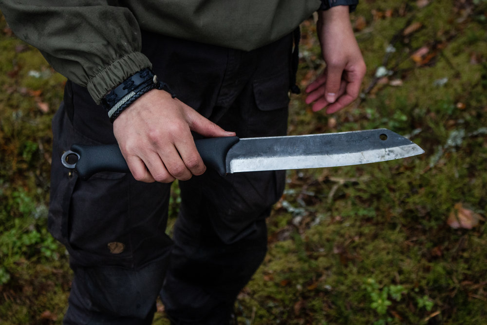 Skraman terän pituus on 240mm ja koko veitsen pituus 430mm.