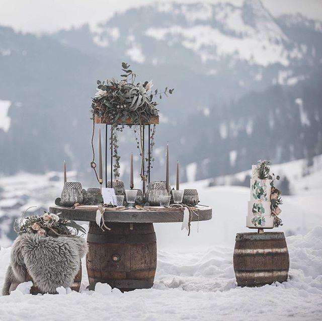 ••• Warum nicht eine Hochzeit im Schnee !? ••• Model Alisha und Fabian  Blumen&deko @bluetenglanz_thun  Fotografie @nina.kaelin  Kleid @hostettlermode  Ringe @alivestyle_goldschmiede  Papeterie @feierfein_papeterie