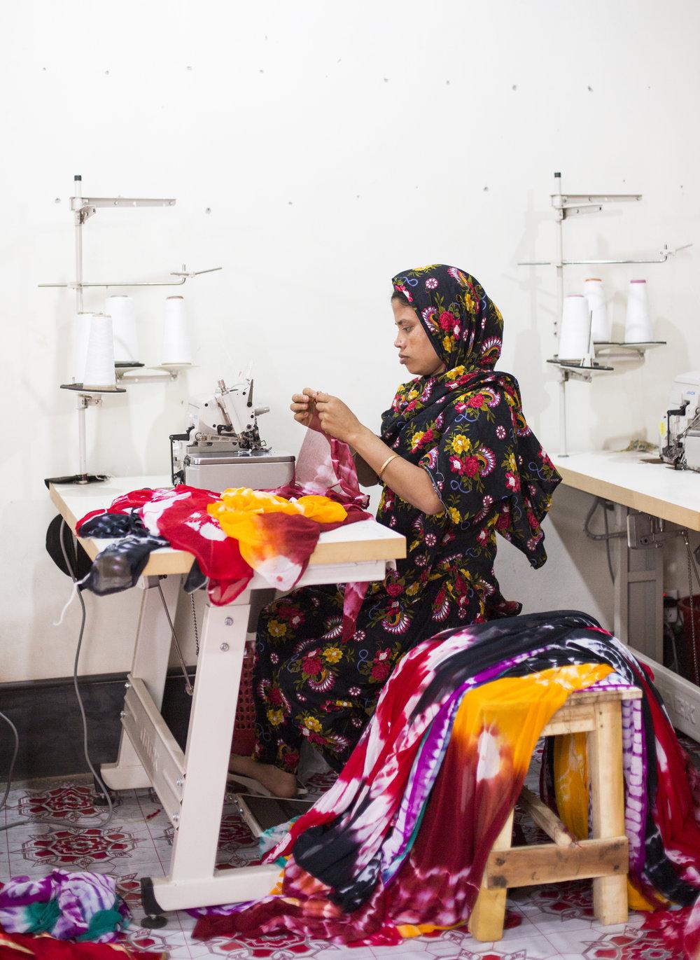 Pourquoi cette campagne ? - Vos vêtements ont fait un long voyage avant d'atteindre les rayons des magasins, passant entre les mains des producteurs de coton, des filateurs, des tisseurs, des teinturiers, des coutières et et bien d'autres. Environ 60 millions de personnes travaillent pour fabriquer nos vêtements. 80% d'entre elles sont des femmes âgées de 18 à 35 ans.En savoir plus