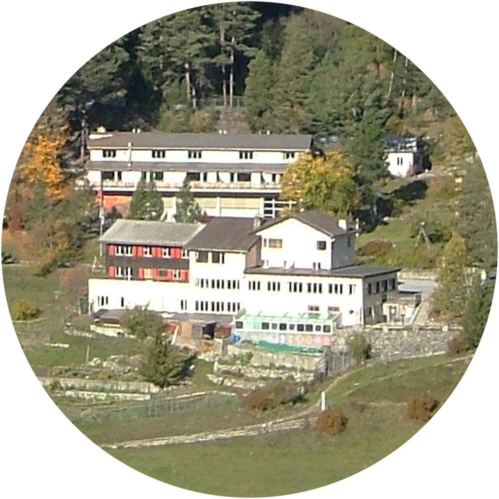 Bergschule Avrona, Tarasp (GR) - In der Bergschule Avronalernen junge Menschen in Notsituationen, Hindernisse zu überwinden und Kraft und Mut für ihr Leben zu schöpfen.Das Sonderschulinternat umfasst ein ganzheitliches Förderangebot, darunter auch Sport und Bewegung in der Natur.Es bietet Platz für 24 Schülerinnen und Schüler.bergschuleavrona.ch