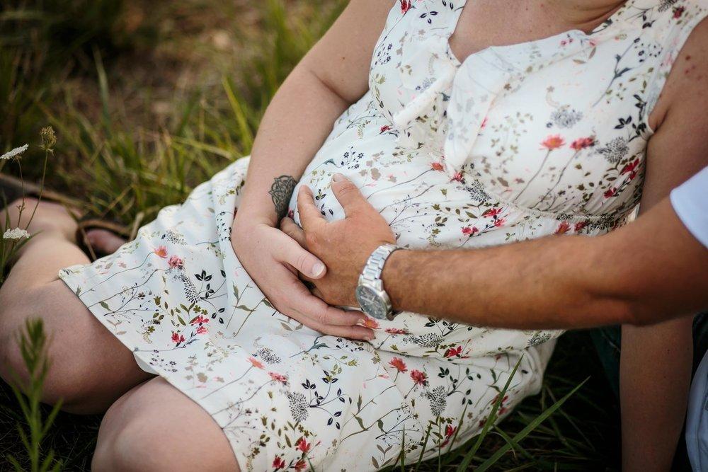 grossesse-femme-enceinte-couple-nature-campagne-ingold-photographe-26.jpg