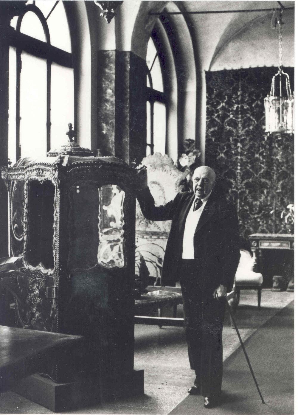 Pietro Accorsi nel giorno del suo novantesimo compleanno nella sua galleria di via Po, Torino, 25 ottobre 1981