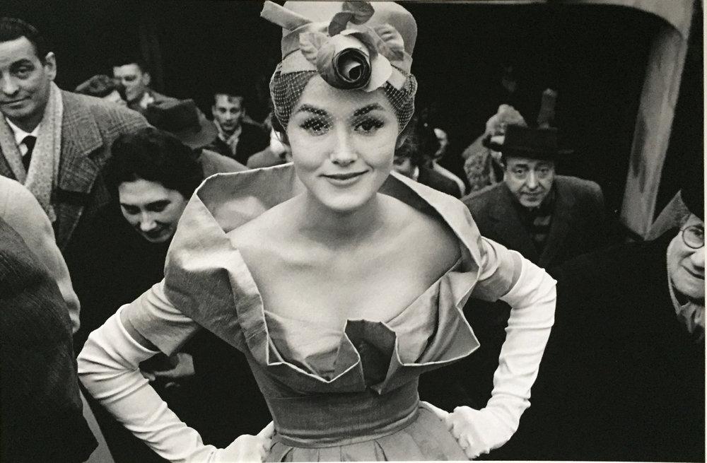 Frank Horvat,  Monique Dutto all'uscita della metro , 1959