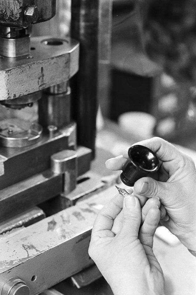 Mani femminili, lavorazione del pennino, Manifattura Aurora Penne, Torino