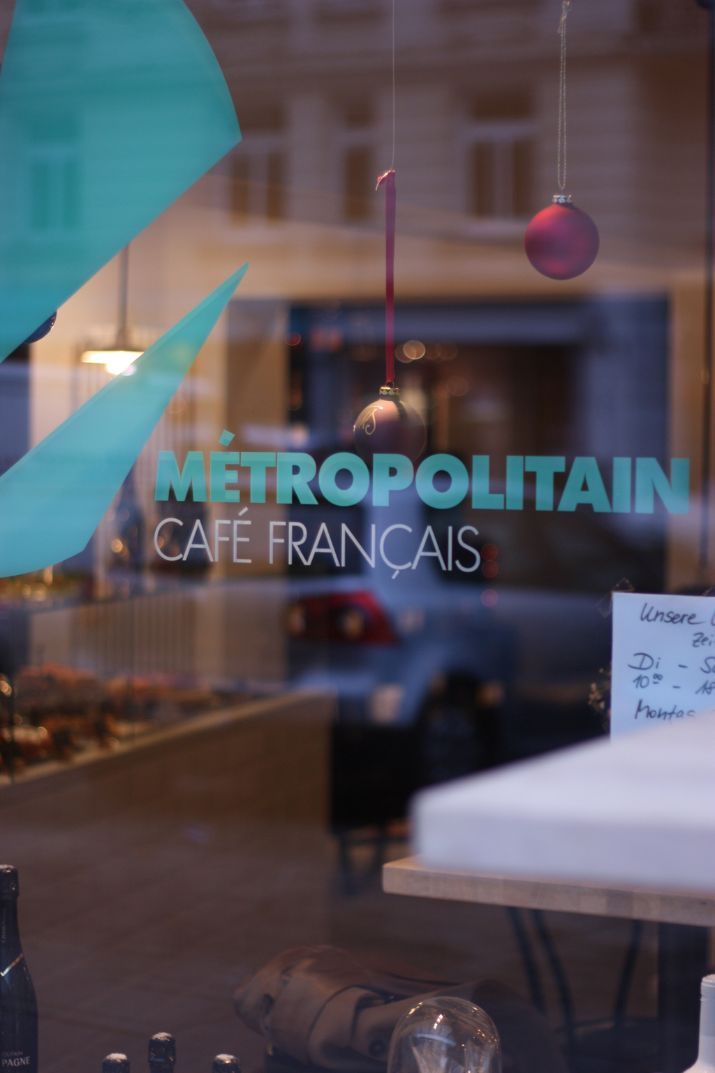 the window of the metropolitain café in hamburg