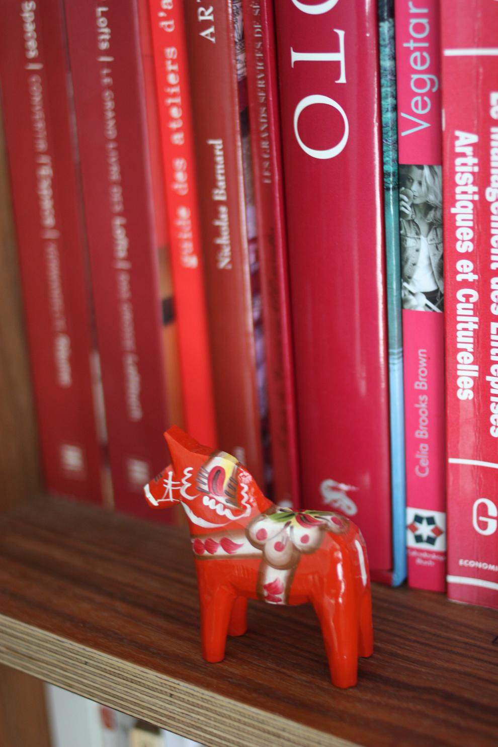 Dalahästen_on_the_bookshelf