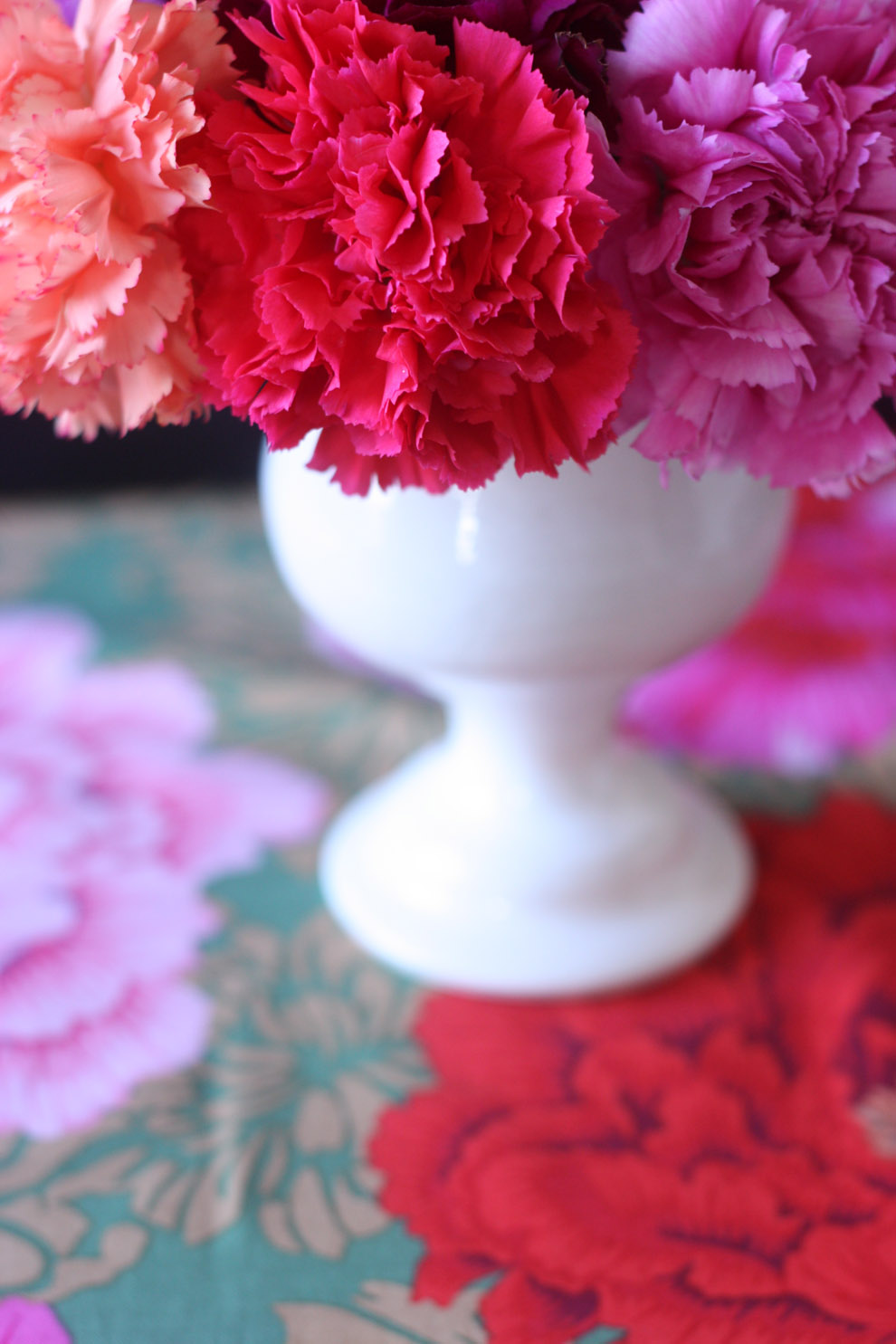 2flowergirls_carnation_white_vase