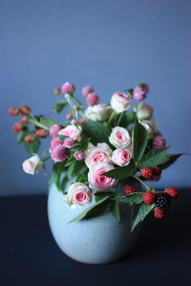 bouquet_globe_amaranth_mini_roses