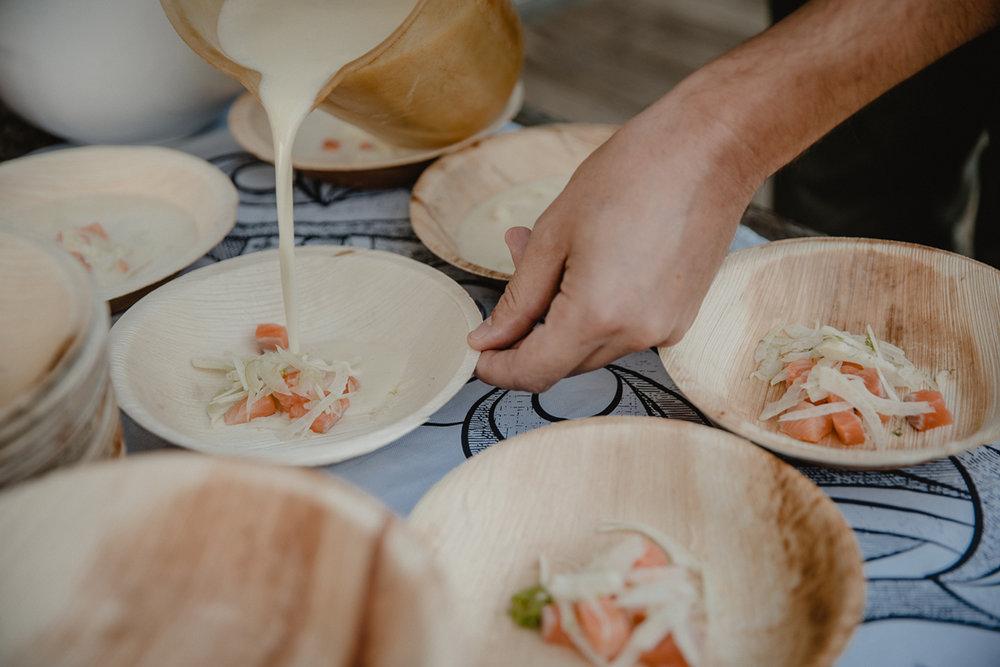 """Für Eure Events erweitern wir unsere Speiskarte. Oben seht Ihr eine Fischsuppe mit Lachsforelle und Fenchel, unten Wattenaustern von unseren Geschäftspartnern Roel und Baaf (""""Küstlichkeiten"""") aus der Markthalle neun. Die gibt es dann auch bei uns auf dem Forellenhof."""