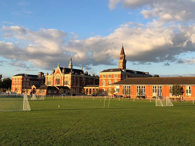 The sun set on Dulwich College last Sunday after a hugely successful day of mock interviews.☀️ . We were happy to have the help of 16 volunteers on this day - 11 brand new to OxFizz - with the event nearly doubling in size from last year. . These volunteers raised an estimated £3000 on this day alone for charities of their choice! . Our next school day is at The Harrodian School on Sunday 7th October, and we've got volunteer days for Law, Geography, History and Biology available. . Visit the event calendar on our website for more information 😊 . . . #volunteer #volunteering #fundraisingideas #fundraising #OxfordUniversity #CambridgeUniversity #GraduateLife #interviews #university #Law #Geography #History #Biology